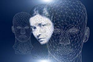 Ein Frauenportrait mit einem Gittermuster überdeckt. Zwei weitere Gesichter über ihr im gleichen Gittermodell