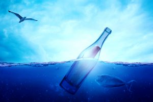 flschenpost im blauen wasser mit fisch der an diese ranschwimmt